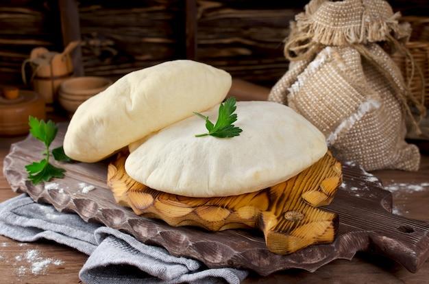 Pão árabe inteiro caseiro - pão liso israelense cozido