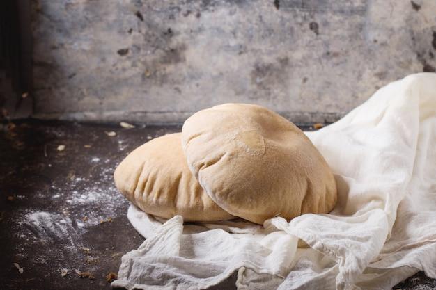 Pão árabe no concreto