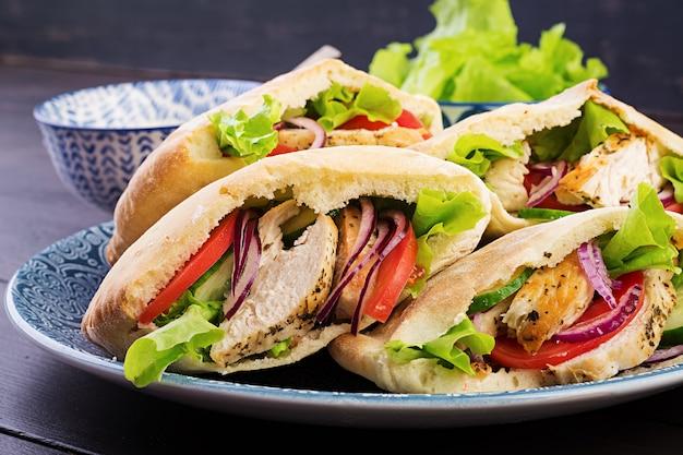 Pão árabe recheado com frango, tomate e alface
