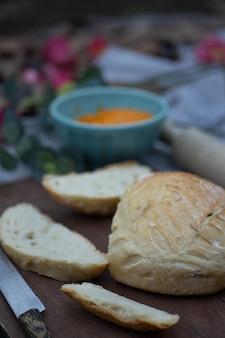 Pão artesanal fatiado e espalhado com patê de cenoura vegana