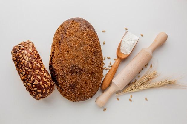 Pão assado com rolo e farinha