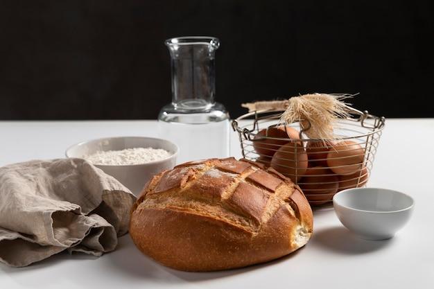 Pão assado em ângulo alto com ingredientes