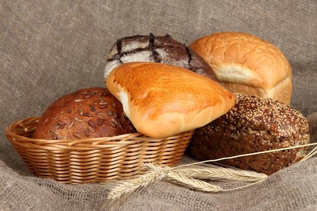 Pão assado em uma cesta de vime em um espaço de estopa