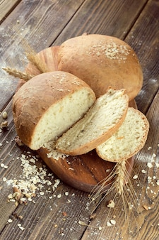 Pão assado no fundo da mesa de madeira