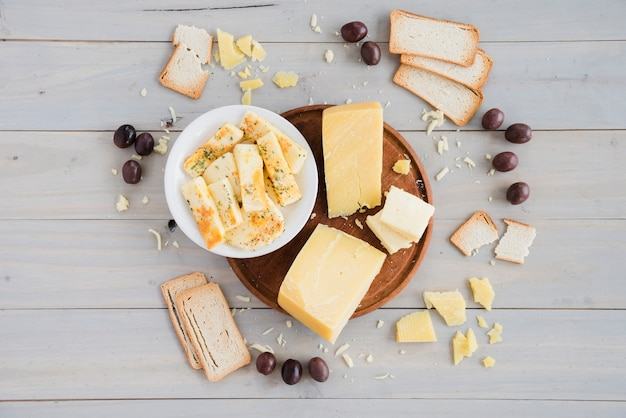 Pão; azeitonas com pedaço de queijo no café da manhã na mesa