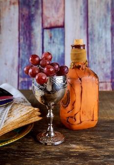 Pão ázimo para a páscoa com bandeja de metal e vinho kosher na mesa
