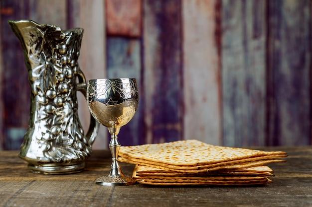 Pão ázimo para a páscoa com bandeja de metal e vinho na mesa