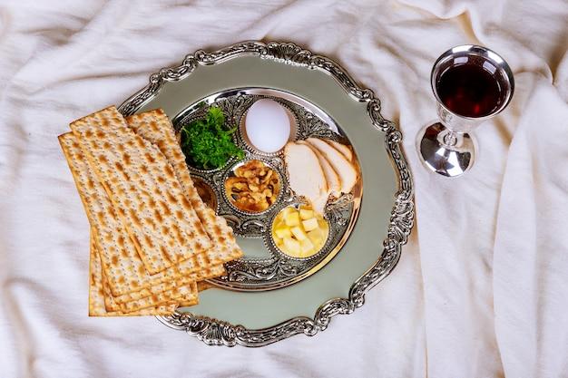 Pão ázimo para a páscoa com seder no prato na mesa close-up