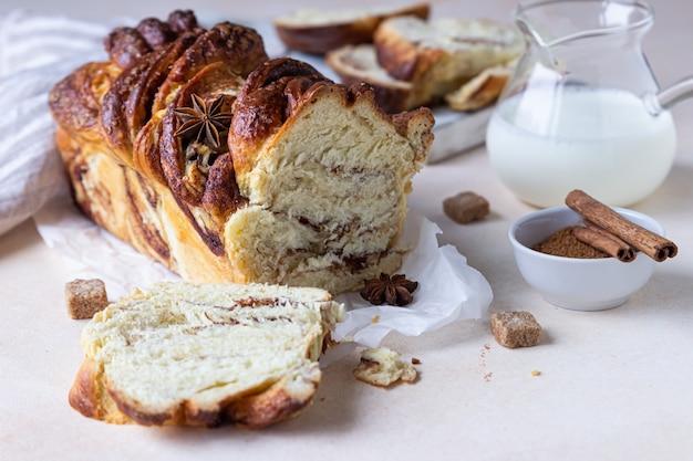 Pão babka ou brioche com canela e açúcar mascavo