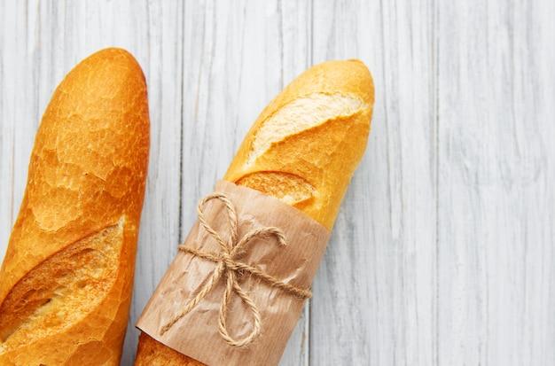 Pão baguete acabado de cozer