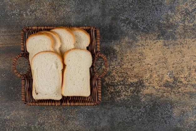 Pão branco caseiro em cesta de madeira