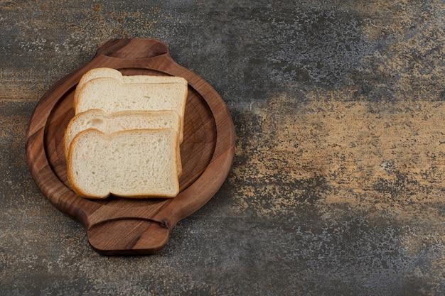 Pão branco caseiro na tábua de madeira