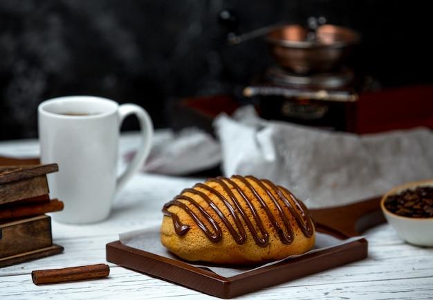 Pão branco coberto com calda de chocolate