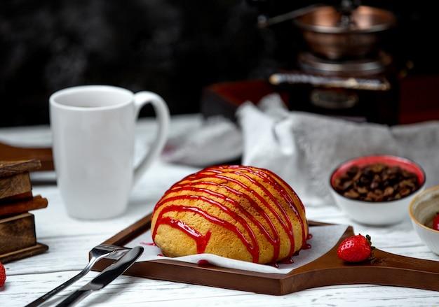 Pão branco coberto com calda de frutas
