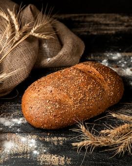 Pão branco com farinha de sementes de gergelim e trigo na mesa
