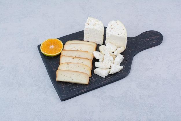 Pão branco fatiado com uma fatia de laranja na tábua. foto de alta qualidade