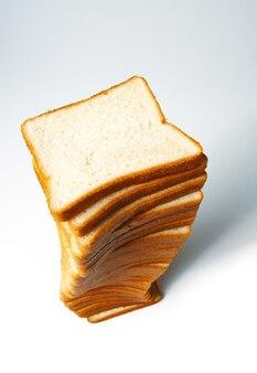 Pão branco fatiado para torradas em branco.