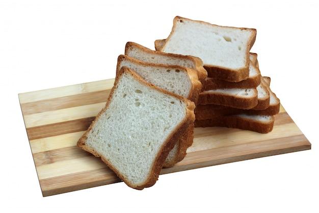 Pão branco quadrado torrada na placa de corte isolada no branco