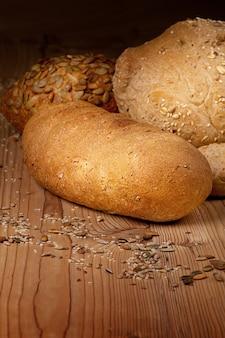 Pão branco sobre fundo de madeira