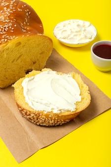 Pão brioche fatiado caseiro com manteiga