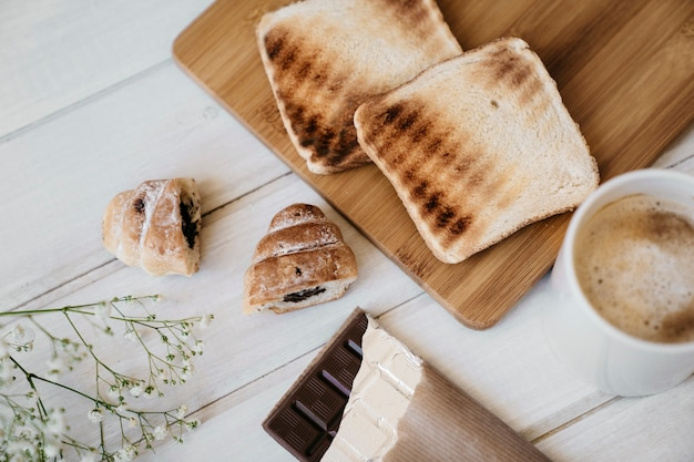 Pão, café, croissants e chocolate