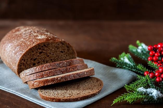 Pão caseiro acabado de cozer na mesa