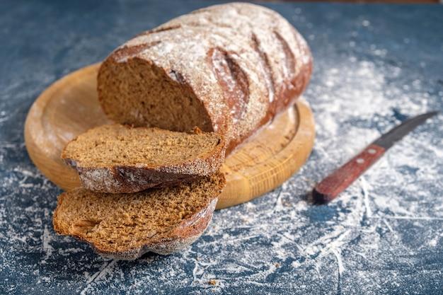 Pão caseiro assado em tábua de madeira