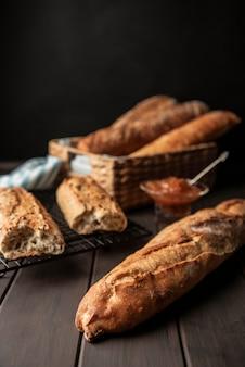 Pão caseiro assado fundo desfocado Foto Premium