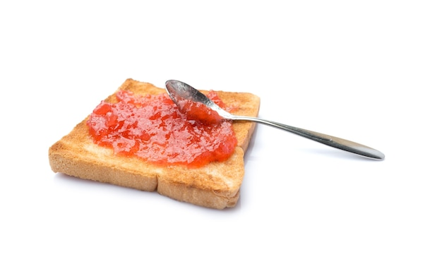 Pão caseiro com geléia de morango isolado no fundo branco