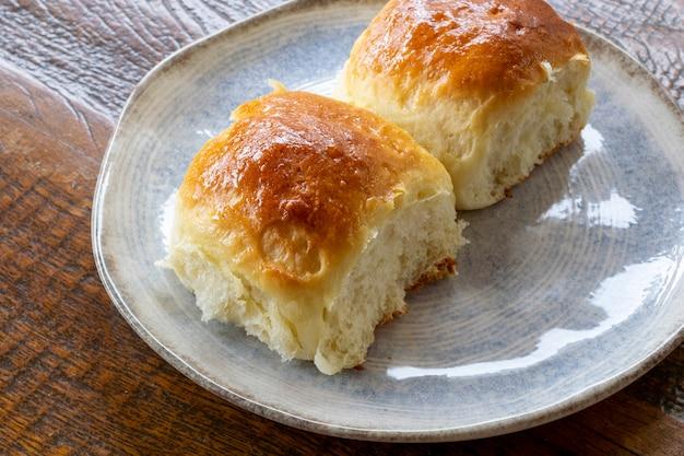 Pão caseiro com leite condensado no prato.