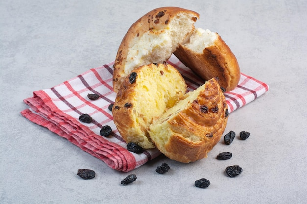Pão caseiro com passas e queijo na toalha de mesa. foto de alta qualidade