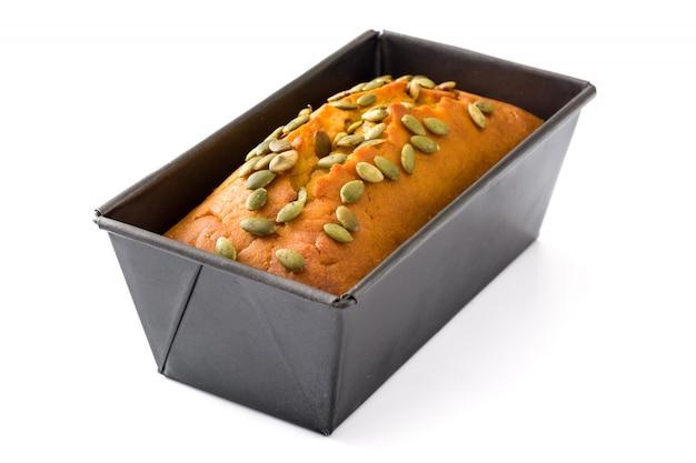 Pão caseiro de abóbora isolado no branco