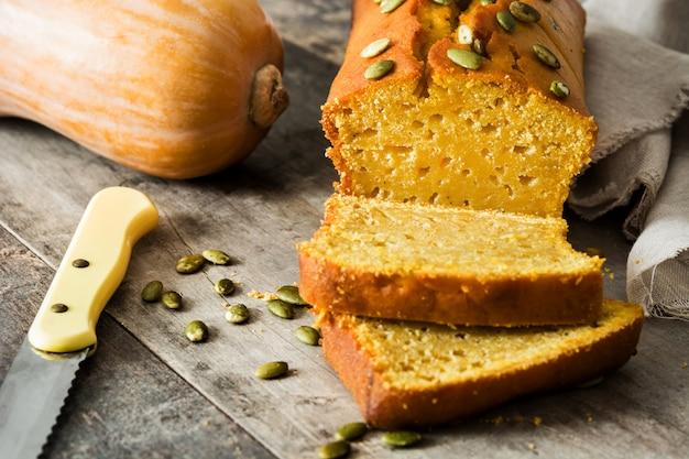Pão caseiro de abóbora na mesa de madeira