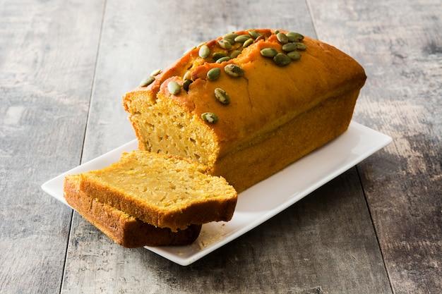 Pão caseiro de abóbora na mesa de madeira.