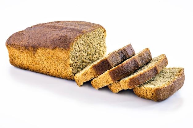 Pão caseiro de banana vegana em superfície branca isolada