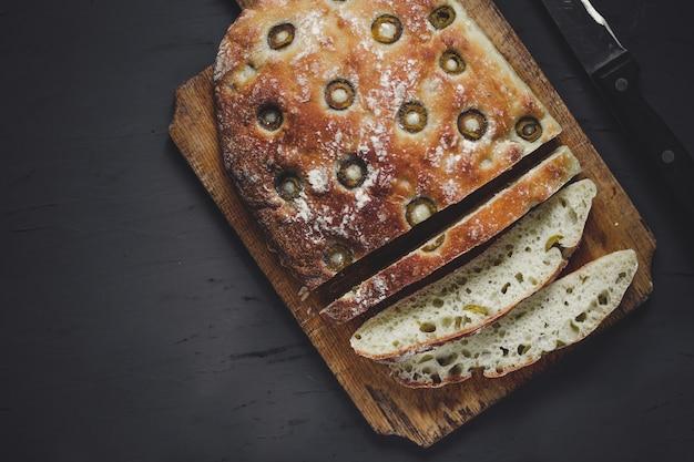 Pão caseiro de ciabatta com azeitonas