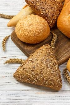Pão caseiro de pão de trigo cozido em fundo de madeira