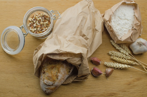 Pão caseiro de porca de alho em um fundo escuro de madeira