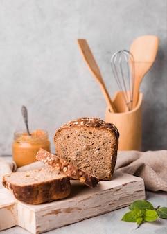 Pão caseiro de vista frontal em cima da mesa