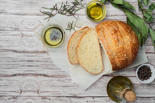 Pão caseiro de vista superior em cima da mesa