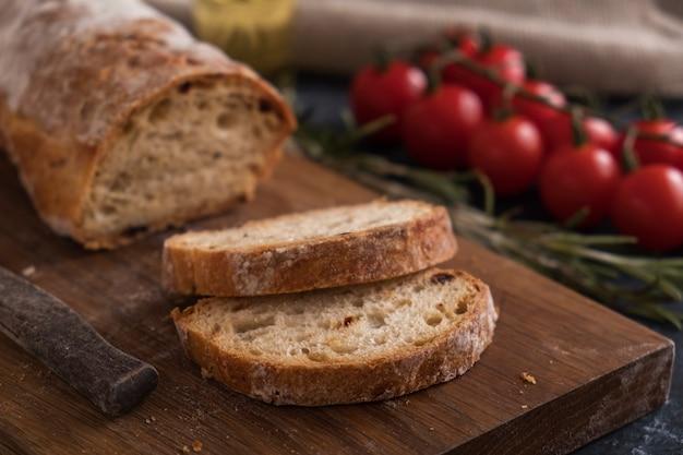 Pão caseiro duro do ciabatta pronto para comer. pão fresco