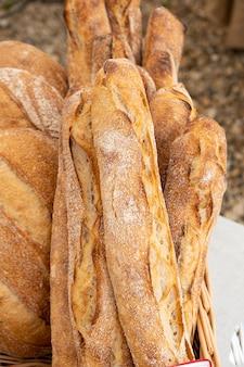 Pão caseiro e baguetes orgânicos feitos com massa azeda e cozidos em fogo de lenha