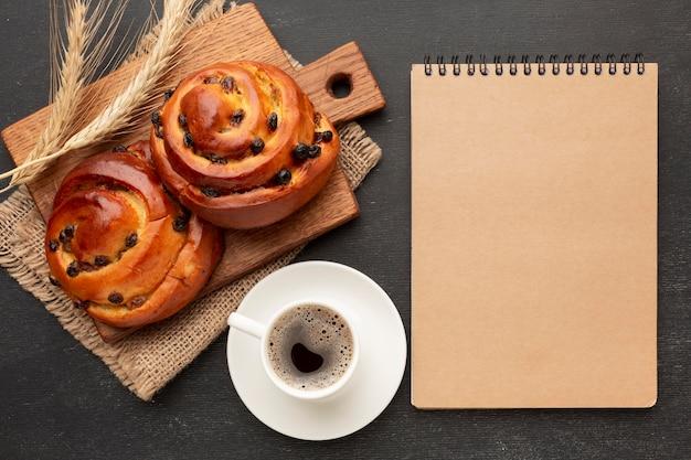 Pão caseiro e bloco de notas plana leigos