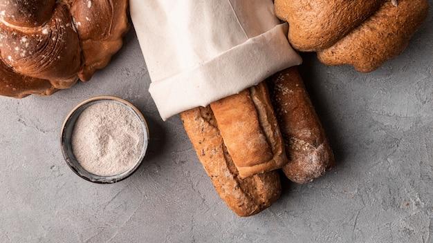 Pão caseiro enrolado em tecido
