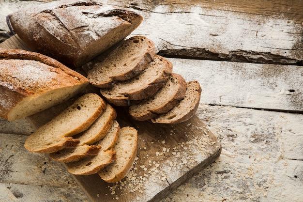 Pão caseiro fatiado feito com componentes orgânicos