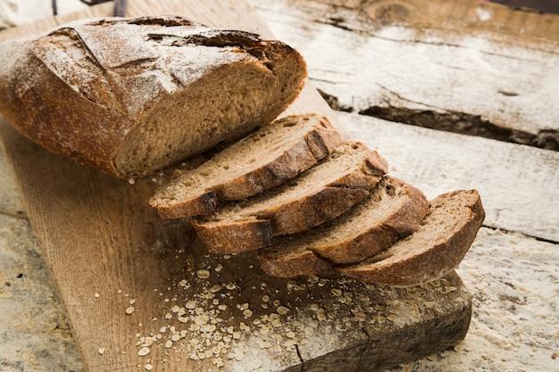 Pão caseiro fatiado sem glúten na tábua de cortar