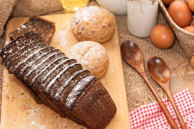 Pão caseiro feito com produtos naturais da aldeia.