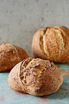 Pão caseiro feito na hora com farinha de trigo e grãos inteiros