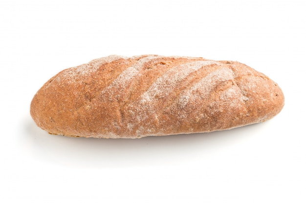 Pão caseiro fresco com farinha isolada no fundo branco. vista lateral.