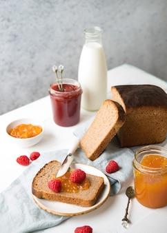 Pão caseiro fresco com geleia e leite, comida caseira simples